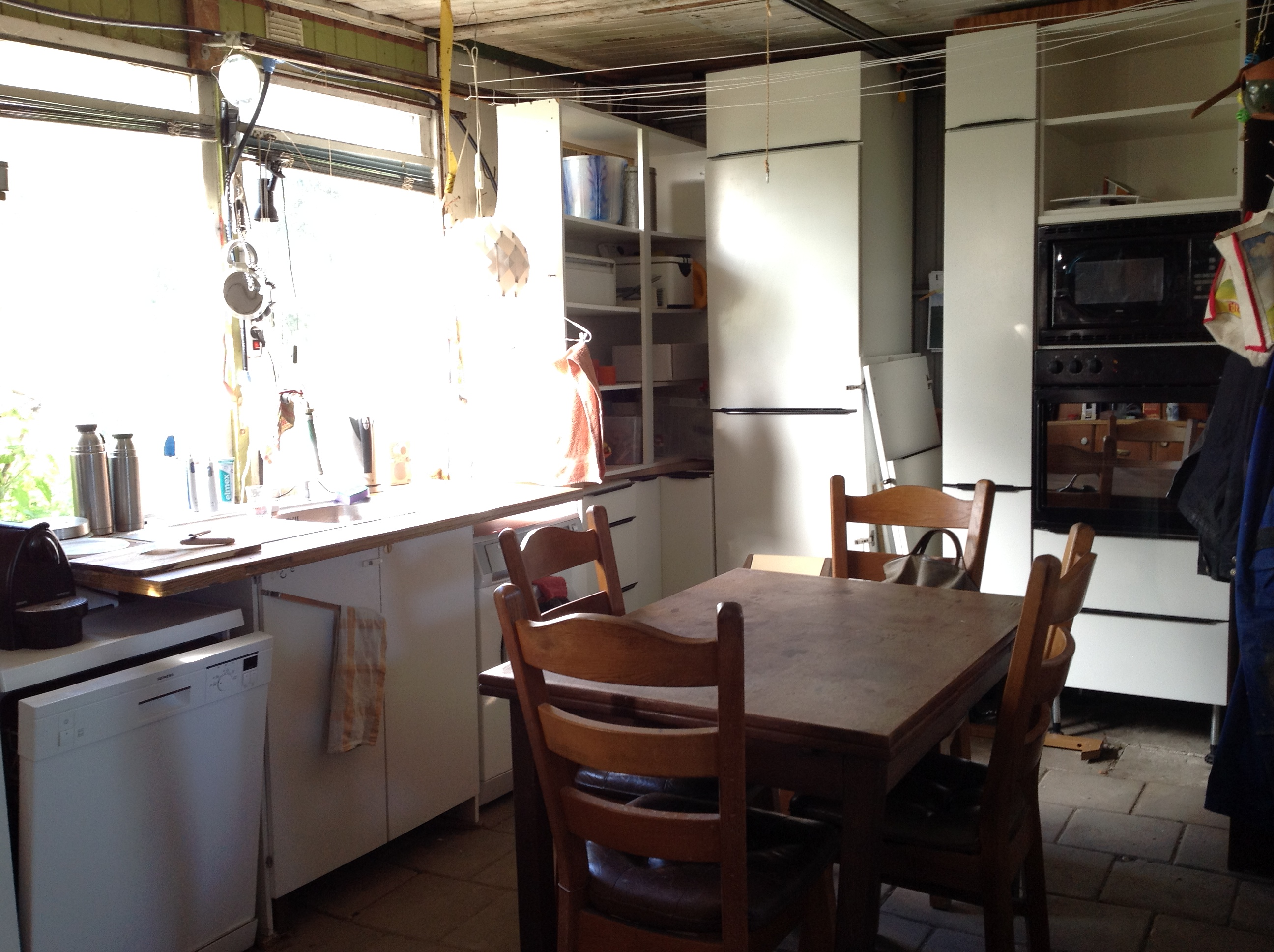 De keuken is er al nu het huis nog . rosmalensedijk 2 s